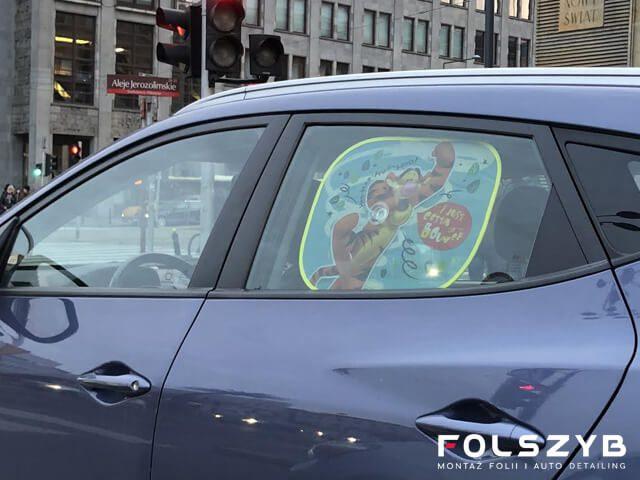 Co jest lepsze dla dzieci? Osłona przeciwsłoneczna do samochodu czy przyciemnianie szyb?